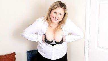 Chubby British housewife playing with her pussy