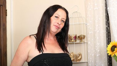 Curvy British cougar playing with herself on bed