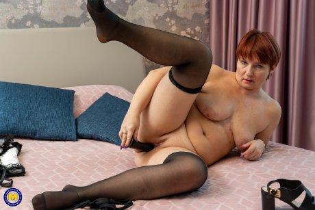 Curvy shaved mature lady masturbaitng